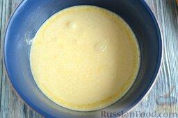Манник на кефире, с крыжовником: Отделите белки от желтков, разотрите желтки с сахаром.