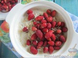 Молочная овсяная каша с ягодами: Очищаем землянику от хвостиков, бросаем в кашу, аккуратно перемешиваем.