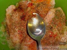 Куриный шашлык в маринаде из крыжовника: Затем добавить специи и соль по вкусу. Туда же влить растительное масло.