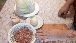Классические голубцы: Подготовить ингредиенты для классических голубцов. Почистить и помыть репчатый лук.