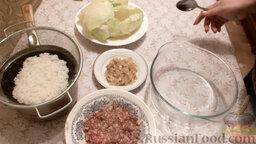 Классические голубцы: Как приготовить классические голубцы:    Измельчить головку лука и обжарить ее на растительном масле. Капустные листы снять с кочана капусты и проварить 5 минут в воде. Отварить пол стакана риса в подсоленной воде в течение 5 минут.