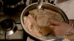Классические голубцы: Добавляем воду в стакан из под томат-пасты и сметаны. Вливаем ее в сковороду, чтобы голубцы были наполовину в жидкости.