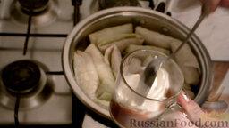 Классические голубцы: Смешиваем томат-пасту и сметану. Перемешиваем.