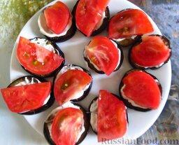 Простая закуска из баклажанов и помидоров: Сверху выложите дольки помидора.