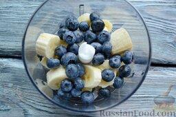 Диетическое парфе с голубикой и бананом: Помойте и обсушите ягоды голубики, добавьте их к банану.