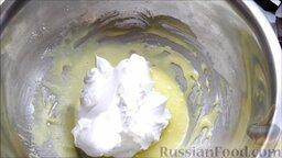 Семифредо (итальянское мороженое) с вишней и шоколадом: Ввести их в желтки.
