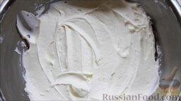 Семифредо (итальянское мороженое) с вишней и шоколадом: Ввести белок в основную массу.   Мороженое поместить в морозильник на 15 минут.