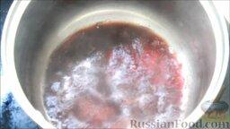 Семифредо (итальянское мороженое) с вишней и шоколадом: Приготовить вишневый сироп для мороженого. Для этого в сотейник налить красное вино, поставить на средний огонь. Выпарить спирт и добавить сахар.