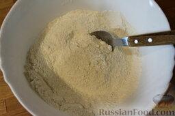 Пирог с нектаринами и яблоками (в мультиварке): И смешать с сахаром (80 г) и солью.