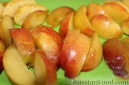 Пирог с нектаринами и яблоками (в мультиварке): Нектарины порезать дольками.