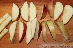 Пирог с нектаринами и яблоками (в мультиварке): Яблоки тоже нарезать небольшими дольками.