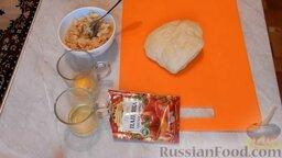 """Пирог """"Смайлик"""" из дрожжевого теста, с капустой и рисом: Подготовить ингредиенты для дрожжевого пирога с капустой.   Тесто можно сделать в хлебопечке по рецепту, который вы найдете по ссылке в ингредиентах, или же сделать дрожжевое тесто по своему рецепту.  Заблаговременно приготовить и остудить начинку. Для начинки необходимо морковь почистить, натереть на терке и обжарить. Туда же добавить нашинкованную капусту и хорошо промытый рис. Залить холодной водой и тушить до готовности риса.   Разбить яйцо и отделить желток от белка."""