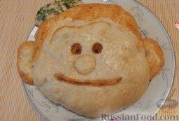 """Пирог """"Смайлик"""" из дрожжевого теста, с капустой и рисом: За 5-10 минут до готовности пирога извлечь фольгу из пирога и смазать глазки и ротик яичным желтком с паприкой.   Домашний пирог с капустой и рисом, из дрожжевого теста, готов!"""