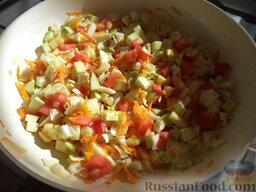 """Каша """"Монастырская"""": Добавить овощи, посолить, поперчить. Перемешать."""
