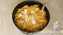 Шарлотка с яблоками и корицей: Форму смазать растительным маслом и посыпать панировочными сухарями или манной крупой.   Равномерно выложить тесто в форму.  Сверху полить белками в хаотичном порядке.