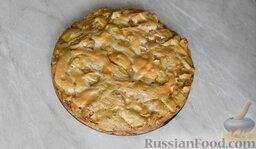 Шарлотка с яблоками и корицей: Дать яблочному пирогу немного остыть и извлечь из формы на тарелку.