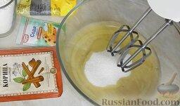 Шарлотка с яблоками и корицей: Добавить к белкам 3 ст. ложки сахара и взбить миксером добела.
