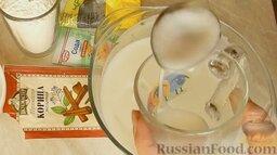 Шарлотка с яблоками и корицей: 3 ст. ложки взбитых белков переложить в стакан.