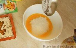 Шарлотка с яблоками и корицей: К желткам добавить 2 ст. ложки сахара и хорошо перемешать ложкой.