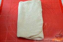 Чебуреки с говяжьим фаршем: Тесто раскатываем в пласт толщиной 1 см, складываем в три слоя и раскатываем снова в пласт толщиной 1 см. Третий раз раскатываем толщиной 0,5 см и скручиваем в плотный рулет.