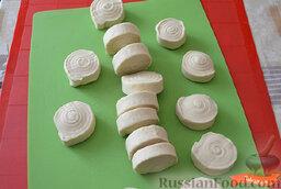 Чебуреки с говяжьим фаршем: Делим тесто на 14-16 равных частей. Накрываем пленкой, чтобы тесто не сохло.