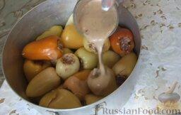 Болгарский перец, фаршированный мясом и рисом: Залить перец подготовленной смесью.