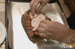 Камбала, запечённая с арахисом и беконом, в фольге: Выложить помидоры по краям рыбы. Полить камбалу соевым соусом так, чтобы он попал в надрезы. Поверх уложить бекон или копчённое сало.