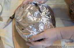 Молочная рисовая каша в тыкве: Завернуть тыкву в фольгу, чтобы она лучше пропеклась. Поставить тыкву на противень. Отправить противень в разогретую до 180 градусов духовку на 1,5-2 часа.