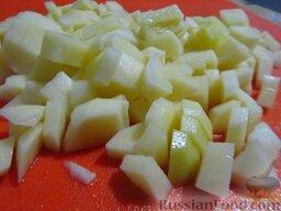 Зеленый борщ на говяжьем бульоне, с томатной пастой: Картофель порежьте кубиками 2,5х2,5 см.   Из кастрюли с бульоном достаньте мясо, переложите на тарелку. Бульона должно остаться 1,5 л (если у вас получилось меньше, добавьте воды до нужного объема). Доведите до кипения, выложите картофель, варите до полуготовности, минут 7.  Тем временем отварите яйца до полной готовности. Потом охладите под холодной водой.