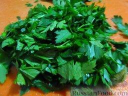 Зеленый борщ на говяжьем бульоне, с томатной пастой: Зелень мелко порубите.