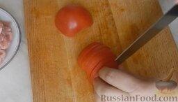 Молодые кабачки с фаршем, помидорами и сыром: Помидоры помыть и нарезать полукружиями.