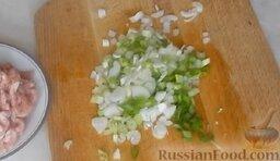 Молодые кабачки с фаршем, помидорами и сыром: Помыть и измельчить зеленый лук.