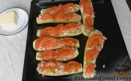 Молодые кабачки с фаршем, помидорами и сыром: Затем - помидоры.   Отправить лодочки из кабачков с фаршем и помидорами в разогретую до 180 градусов духовку на 30 минут.