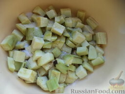 Соте из овощей (в мультиварке): Выложить баклажаны в миску, посолить (1 ст. ложка). Перемешать, оставить на 15-20 минут (за это время выйдет горечь). Промыть холодной водой.