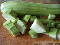 Соте из овощей (в мультиварке): Кабачки вымыть, очистить, нарезать кубиками (размером около 1х1 см).