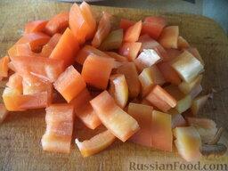 Соте из овощей (в мультиварке): Перец вымыть, очистить от семян, нарезать кубиками или соломкой.