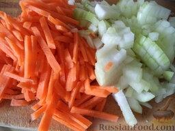 Соте из овощей (в мультиварке): Морковь и лук очистить, вымыть, нарезать соломкой.