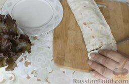 Рулет из лаваша с мясным фаршем и овощами: Нарезать порционными кусочками и можно подавать к столу. (При желании можно обжарить рулет из лаваша с мясным фаршем и овощами на сковороде.)