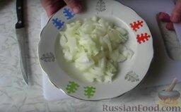 Кабачки с соевым соусом: Как приготовить кабачки в соевом соусе:    Приготовление начинаем с того, что нарезаем мелким кубиком лук.