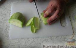 Кабачки с соевым соусом: Нарезаем брусочками кабачки.