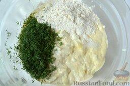 Творожная запеканка с куриным фаршем и перцем (в мультиварке): Всыпьте муку и нарезанный мелко укроп (можно взять петрушку или базилик, или смесь зелени), хорошо перемешайте до однородности. Добавьте соль и перец по вкусу.