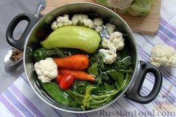 Пикули из сезонных овощей: Цветную капусту разберем на небольшие соцветия, уложим вместе с мытой морковью, перцем, черри, огурцами и всей зеленью в глубокую кастрюлю. Заливаем холодной водой, оставляем на 30 мин.