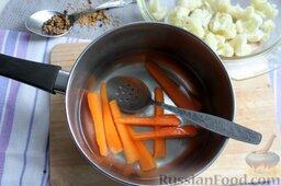 Пикули из сезонных овощей: Морковь также промываем и нарезаем на четыре части. Бланшируем в воде после цветной капусты 7-9 мин.