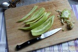 Пикули из сезонных овощей: Перец очищаем от плодоножки и семян, нарезаем дольками.