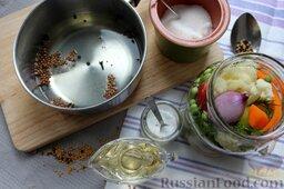 Пикули из сезонных овощей: Для маринада используем овощной отвар, добавляем воды до 1 литра, заправляем гвоздикой, кориандром и перцем. Доводим до кипения, закладываем соль, сахар - кипятим пару минут, остужаем и заправляем уксусом.