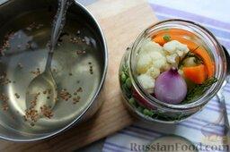 Пикули из сезонных овощей: Переливаем маринад горячим в банку.