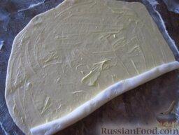 Фытыр по-египетски (слоеный пирог с заварным кремом): Сверните пласт теста рулетом.