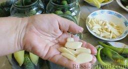 Острые маринованные огурцы с перцем (без стерилизации): Туда же добавить 3 зубчика чеснока.