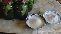 Острые маринованные огурцы с перцем (без стерилизации): Слить воду со всех банок в кастрюлю и добавить туда сахар и соль. Поставить на огонь и довести до кипения.