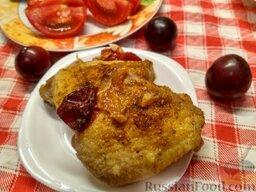 Запеченная курица со сливой (в мультиварке): Курица, запеченная в мультиварке, готова. Лучше подавать запеченную курицу со сливами горячей, с овощным салатом и кашей из риса.  Приятного аппетита!
